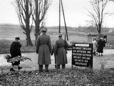 Staaken, 1955. Westberliner am Kontrollpunkt Staaken auf dem Weg zu dem im Osten gelegenen Friedhof, aufgenommen am 12.11.1955. Foto: dpa