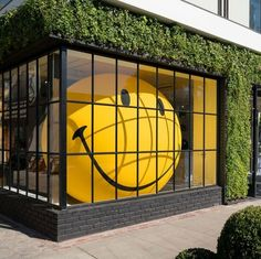 A colossal blow-up smiley face by local artist Filthy Luker at Anya Hindmarch's L. Store, the spunky Melrose Place boutique. Window Display Design, Store Window Displays, Retail Store Displays, Display Windows, Shop Displays, Retail Stores, Retail Windows, Store Windows, Vitrine Design
