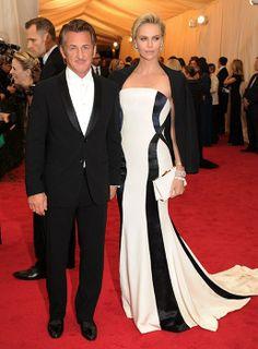 Dos grandes, esta noche en la Met Gala 2014 además, la pareja más elegante. Sean Penn y Charlize Theron, esculturales en purísimos contrastes de blanco y negro. #redcarpet