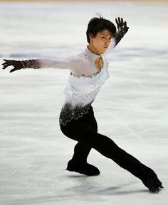 Japanin Yuzuru Hanyu hurmasi yleisön taitoluistelun Finlahdia Trophyssä Espoossa. Jo musiikkivalintana ollut tunnusmelodia Kun aika on eloku...
