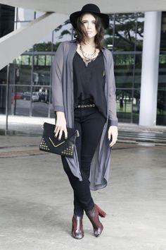 Look plus size com jeans e sobreposição de capa com regata. Plus size street style!