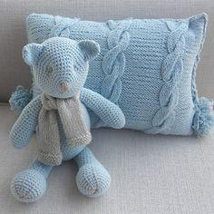 Ursinho em crochê (38cm) feito a mão com cachecol em trico, almofada (40 x 30 cm) feita a mão em trico com tranças e pompons. Podem ser feitos em varias cores.