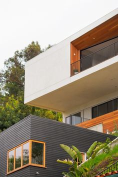 On a Silverlake hilltop, designer and architect duo McShane and Cleo Murnane embrace the view and make the best, albeit scariest, design decision of their lives. Residential Architecture, Amazing Architecture, Architecture Design, Exterior House Colors, Exterior Design, Exterior Paint, House Built Into Hillside, Dwell On Design, Ultra Modern Homes