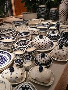 pottery is the collective term for pottery produced in Bolesławiec, Poland. Boleslawiec Pottery is also known collectively as Polish pottery or Polish stoneware. Ceramic Pottery, Pottery Art, Ceramic Art, Metal Clock, Metal Wall Art, Roman Clock, Pottery Patterns, Pottery Painting Designs, Polish Recipes
