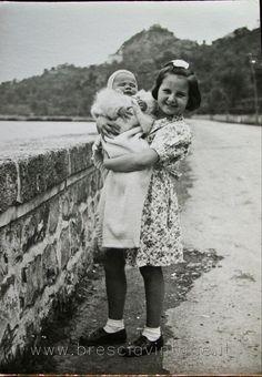 """""""Io e mia sorella"""" - Sulzano - Lago d' Iseo http://www.bresciavintage.it/brescia-antica/storie-di-persone/mia-sorella-sulzano-lago-d-iseo/"""