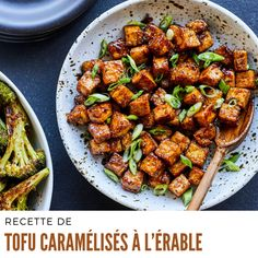 Couper le tofu en dés et déposer dans un bol. Ajouter la fécule de maïs et mélanger pour enrober le tofu. #recettedetofu #tofucaramelises Ajouter, Kung Pao Chicken, Brunch, Barbie, Menu, Ethnic Recipes, Food, Drizzle Cake, Meat