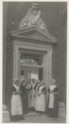 Sint Luciënsteeg 27 Burgerweeshuis. Poorst kinderhuis, zijde meisjesbinnenplaats ca 1914 Collectie Stadsarchief Amsterdam #NoordHolland #Amsterdam #wezen #burger