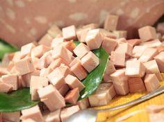 La spuma di mortadella emiliana è la ricetta ideale per portare in tavola il gusto e la tradizione del territorio emiliano. A prepararla è la chef Cristina Lunardini. http://www.arturotv.tv/cucina-ricette/antipasti/spuma-di-mortadella-emilia-romagna