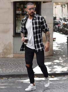 The checkered shirt is the perfect piece of clothing for this fall. More tips for autumn look for me Mens Autumn Looks, Stylish Mens Outfits, Casual Outfits, Summer Outfits, Lookbook Mode, White Shirt Outfits, Smart Casual Men, Man Style Casual, Men Casual Styles