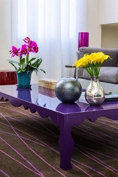 Mesa de centro e flores, linda combinação de cores!