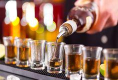 🍷 🥂 🍺 Alkohol wird oft als Aphrodisiakum angesehen, aber dieses Etikett ist weit von der Wahrheit entfernt. Während das Trinken soziale Hemmungen senken und die Wahrscheinlichkeit einer schlechten Impulskontrolle erhöhen kann, verringert Alkohol tatsächlich die sexuelle Leistungsfähigkeit. 👎  #alkohol #aphrodisiakum #sexuelleleistungsfähigkeit Easy Wedding Food, Simple Weddings, Wedding Blog, Pisco Sour, Pub Crawl, Ceviche, Whisky, Vodka, Tequila Day