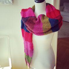 Randig rätstickad halsduk i varierade färger. Skaparlyckan.se