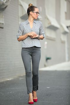 Gris y rojo shirt tucked in, business outfits women, business women, business style Red Shoes Outfit, Grey Pants Outfit, Outfit Jeans, Gray Pants, Ballet Flats Outfit, Heels Outfits, Jeans Pants, Grey Skinny Jeans, Grey Jeans