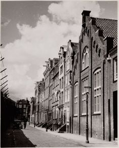 1940's. Laagte Kadijk in Amsterdam. The Laagte Kadijk is a street located on Kadijkseiland. The Kadijkseiland is in the west accessable from Rapenburg via the Scharrebiersluis and from the Prins Hendrikkade via the Kortjewantsbrug. On the northern shore of Kadijkseiland are the Kattenburgerbrug and the Pelikaanbrug towards the Wittenburgergracht. On the east-side is Kadijkseiland connected to the Sarphatistraat. Photo Stadsarchief Amsterdam. #amsterdam #1940 #LaagteKadijk