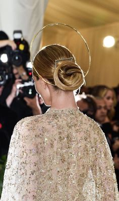 Rosie Huntington-Whiteley attends the Heavenly Bodies Costume Institute Gala at The Metropolitan Museum of Art on May 7 2018 Rosie Huntington Whiteley, Headdress, Headpiece, Hair Shows, Costume Institute, Queen, Up Hairstyles, Fashion Pictures, Halo