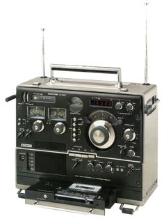 Sony Shortwave Radio with cassette recorder Radio Amateur, Poste Radio, Foto Picture, Sony Electronics, Retro Radios, Antique Radio, Cassette Recorder, Short Waves, Transistor Radio