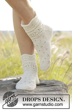 Almost Spring / DROPS - Free knitting patterns by DROPS Design Knitted socks with lace pattern and wave pattern in DROPS fable. Sizes 35 - Free patterns by DROPS Design. Drops Design, Knitting Patterns Free, Free Knitting, Crochet Patterns, Crochet Socks, Knitting Socks, Knit Shoes, Patterned Socks, Wave Pattern