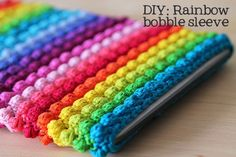Rainbow bobble tablet sleeve, a free crochet pattern on Haakmaarraak.nl