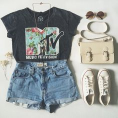 outfit for music lovers #loveit http://www.romwe.com/romwe-cropped-blue-denim-shorts-p-87212.html?Pinterest=quadrofeminino