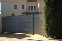 Una resistente puerta corredera junto con la entrada individual. Un ejemplo de los que Cerramientos Candela puede fabricarte.