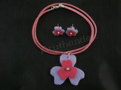 Conjunt flor d'arracades i collaret de feltre. Referència :FL-CON-008 Material : Feltre Pes : 2g