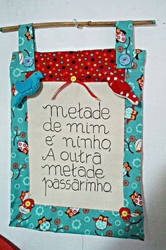 I don't know what this says, but I would love to make something like this in English! It would be so cute as a gift for a new baby or new home. Sewing Patterns Free, Free Sewing, Fabric Patterns, Small Quilts, Mini Quilts, Straw Holder, Mason Jar Lids, Alice, Mug Rugs