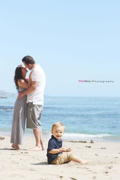 family picture with a baby at the beach. Love!! And how she is just barely on tippy toes!