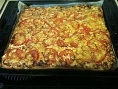 Tälläisiä paksuja peltipizzoja tehtiin silloin kun me olimme vaimoni kanssa nuoria. Muistan erityisesti ystämme Kaisan ja Pekan jotka tarjosivat illanistujaisissa tomaattisiivupäällystettyjä versioita ja seuraksi tietysti punaviiniä. Minä yleensä ahmin pizzaa liikaa silloisen tyttöystäväni ja nykyisen vaimoni mielestä. Maistuu tämä nykyisinkin ja sopii hyvin esim. railakkaiden juhlien jälkeiseksi päiväksi. Kananmunaton. Reseptiä katsottu 56272 kertaa. Reseptin tekijä: maitzo. Savory Pastry, Recipes From Heaven, Lasagna, Macaroni And Cheese, Food And Drink, Baking, Ethnic Recipes, Koti, Food Heaven