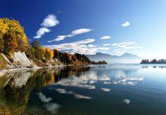 Der Forggensee ist ein vom Fluss Lech durchflossener Stausee bei Füssen im…