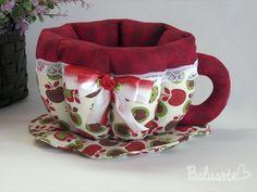 :::SUGESTÕES DE USO: <br>Xícara em patchwork, utilizada para colocar sachês de chá, bombons, balas, torradas, pães de queijo, ovos, sachês de temperos, de açúcares/adoçantes ou para manter a xícara de chá aquecida. Tudo para deixar aquele momento do chá, café, ou lanches com muito requinte e bom gosto. Pode ser usado também para decorar mesas em festas, chá de bebê, batizados, etc. <br> <br>:::::MEDIDAS <br>Largura: 23 cm <br>Altura: 12 cm <br>Profundidade: 17 cm <br> <br>::::::::DETALHES…