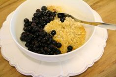 Täysmaidosta ja kuohukermasta valmistettua uuniohrapuuroa mustaherukoiden ja hunajan kera.