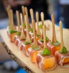 On continue sur ma lancée d'hier, pour celles qui manque d'inspi sur le buffet salé ! (Juste avant manger, je suis diabolique je sais ) Bananes lardées et crevettes pimentées melon au fromage frais et pistaches Tartelettes feuilletées chèvre romarin