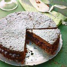 Ein sehr schnell zusammengerührter Kuchen, der auch Anfänger vor keine Schwierigkeiten stellen wird. Der besondere Geschmack des Buchweizens passt ganz wunderbar zur säuerlichen Preiselbeer-Konfitü…