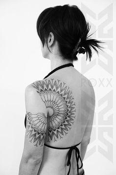 Roxx est une artiste tatoueur ayant commencé sa carrière dans les rues de Londres à la fin des années 80 en tatouant de petits pictogrammes sur les Punks et Rockers. Après avoir vécu dans toute l'Europe, elle s'installe chez le célèbre studio 2Spirit Tattoo à San Francisco
