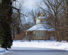 Potsdam, Schloss Sanssouci, Blick seitlich auf die Gartenseite, im Winter. Photograph by Leo Seidel © SPSG