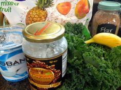 (材料) *ジューサーでミックスするだけです。 1 冷凍したバナナ 1 パイナップル 1 マンゴーの果肉 2 サラダ用ほうれん草 1 スプーン 粉末状のフラックスシード 1 スプーン エクストラバージンココナッツオイル ¼ カップ プロテイン (オプション) ½ カップ 水 他にお好みの野菜を加えてください。