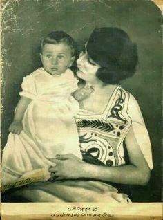الملكه نازلي وهي تحمل الملك فاروق وهو طفل