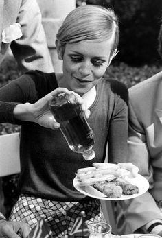 Twiggy eating fish & chips with vinegar.......mouth watering !