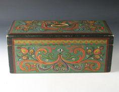 Rosemalt skrin med grønn bunnfarge, datert og signert bak 1911. L: 47 cm. Prisantydning: ( 700 - 800) Solgt for: 700