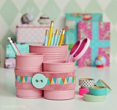 Eins, zwei, DIY: Upcycling From old to new! We have great upcycling projects for you, where you can bring back old objects to new life. Related posts: 5 ingenious DIY upcycling ideas for discarded kitchen utensils DIY Pallet Desk Tin Can Crafts, Diy And Crafts, Crafts For Kids, Creative Crafts, Diy Upcycling, Upcycle, Upcycling Projects, Recycle Crafts, Pencil Cup