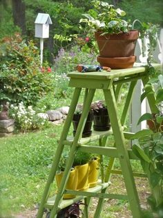 Rustic – Farmhouse DIY garden decoration with old wooden ladders Wooden Ladder Decor, Old Wooden Ladders, Old Ladder, Diy Flowers, Flower Decorations, Home Deco, Diy Design, Flower Stands, Pinterest Diy
