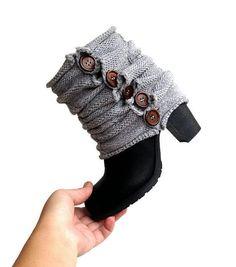 Ähnliche Artikel wie Graue stricken Stulpen Boot Manschetten stricken Socken Boot Toppers Schaltfläche Abdeckungen Boot Socken Winter voller Schaltfläche Toppers Valentinstag Geschenke für Sie auf Etsy