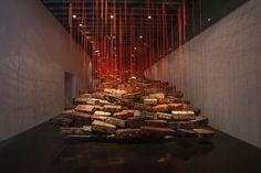 Chiharu Shiota es una artista originaria de Osaka, Japón; pero quien radica en Berlin desdeel '96. Su trabajo consta de una gran serie de instalaciones co64