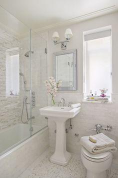 Banheiro simples, pequeno e romântico com banheira
