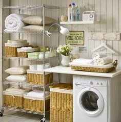 orden en el cuarto de la lavadora