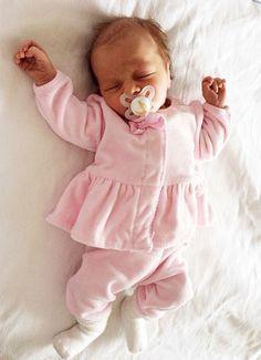 Pin by Gemma Tyler on Baby Cute Little Baby, Cute Baby Girl, Little Babies, Cute Babies, Baby Kids, Baby Boy, Newborn Baby Dolls, Reborn Babies, Wiedergeborene Babys