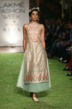 Anita Dongre at Lakmé Fashion Week Summer/Resort 2018 l Vogue India Indian Fashion Trends, Indian Fashion Designers, Indian Designer Wear, Ethnic Fashion, India Fashion Week, Fashion Week 2018, Lakme Fashion Week, Indian Gowns, Indian Attire