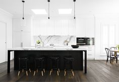 & WHITE KITCHEN Black & white kitchen by Biasol: Design Studio. Photo by Daniel Aulsebrook.Black & white kitchen by Biasol: Design Studio. Photo by Daniel Aulsebrook. Modern Kitchen Backsplash, Modern Kitchen Design, Backsplash Ideas, Black Backsplash, Stone Backsplash, Kitchen Designs, Modern Design, Black Kitchens, Cool Kitchens