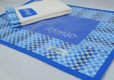 Lugar Americano confeccionado em tecido 100%, com forro em feltro, revestimento superior em plástico cristal e acabamento em viés. <br>Toalhinha de mão confeccionada em felpa, com barrado em tecido e bordado à máquina. <br>Pode ser personalizado com nome da criança bordado à máquina. <br> <br>*As cores podem ser escolhidas. Consulte disponibilidade. <br>*Medidas da toalha - 30cm x 35cm.