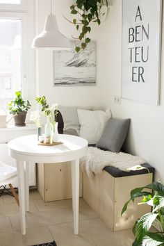 Einen Tag nachdem ich die Fotos für mein Blumen-Tablett gemacht habe kam ich ganz verschlafen in die Küche und war selbst etwas überrascht über den grünen Anblick der dort herrschte. In so kurzer Zeit hatte sich der Raum mit Zimmerpflanzen und frischen Blumen in einen regelrechten kleinen Dschungel verwandelt. Muss wohl am Sommer liegen, dass …